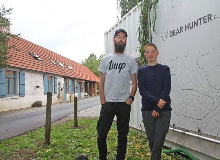 Marlies en Remy van Dear Hunter voor hun container bij de Luysmolen.
